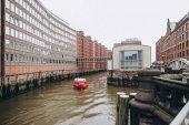 hamburg, deutschland - 4. sep 2016: urbane szene mit fluss und alter lagerstadt in hamburg, deutschland