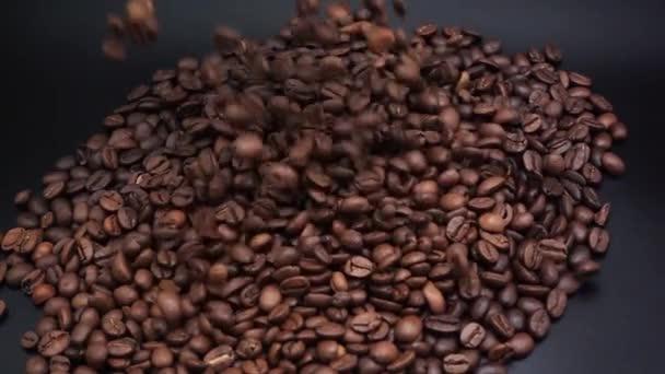 A kávébabot fekete felületre öntik..