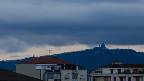 Turin, Piemont, Italien. 10. April 2018. An einem Frühlingstag mit neuen Niederschlag, der Ansatz der Dämmerung auf der Basilika von Superga. Zeitraffer leuchtet unter der Basilika am Ende