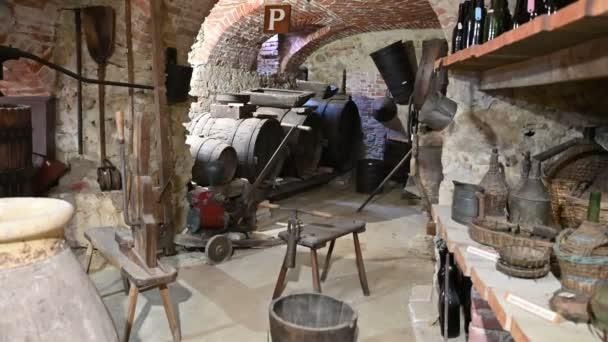 Colle Don Bosco, Piemont, Italien. März 2020. Der Familienkeller des Heiligen: Fässer, alte Weinflaschen, Halbtöpfe, Hocker und Arbeitsgeräte.