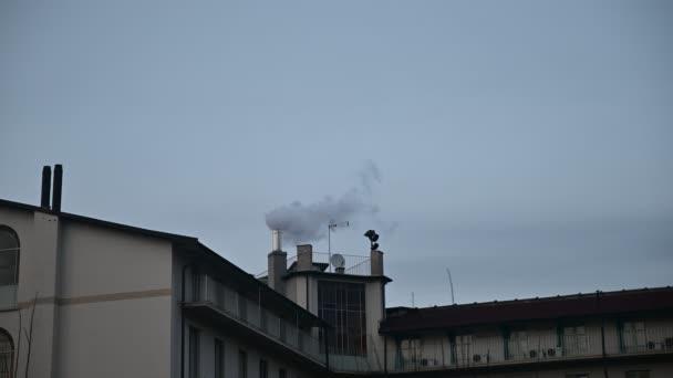 Záběry na kouřící komín se statickým rámem. Koncept znečištění ovzduší pro vytápěcí systém.