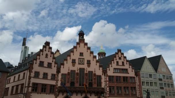 August 2019, Sommer in Frankfurt am Main, Deutschland, historische Stadtgebäude und spazierende Touristen, Video