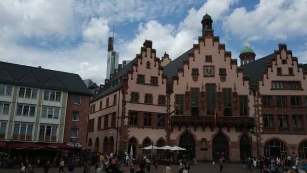 Frankfurt, Németország - 2019. augusztus: Történelmi városi épületek és sétáló turisták
