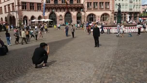 August 2019, Sommer in Frankfurt am Main, Deutschland, historische Stadtgebäude und Touristen beim Fotografieren, Video