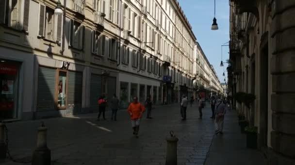 Turín, Itálie - Květen, 2020: Staré město, přes Garibaldi je pěší ulice: lidé se vracejí na ulici s pandemií koronaviru, nosí ochranné masky a používají sociální distancování