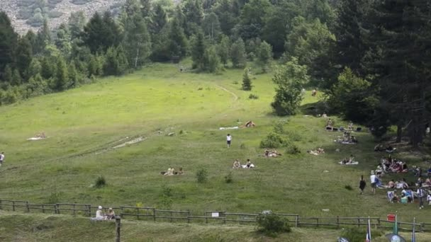 Piedmont, Olaszország - 2019. július: A felfrissülésre vágyók kihasználják a hegy lejtőjét egy nagy zöld gyeppel piknikezésre