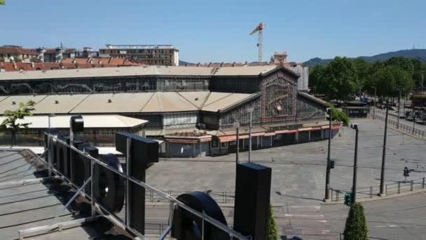 Belső nézet az új torinói központi piacról. Futurisztikus szerkezete üveg és fém szentelt kereskedelem és az emberek sétálnak az üzletek és éttermek specialitásokkal egész Olaszországból