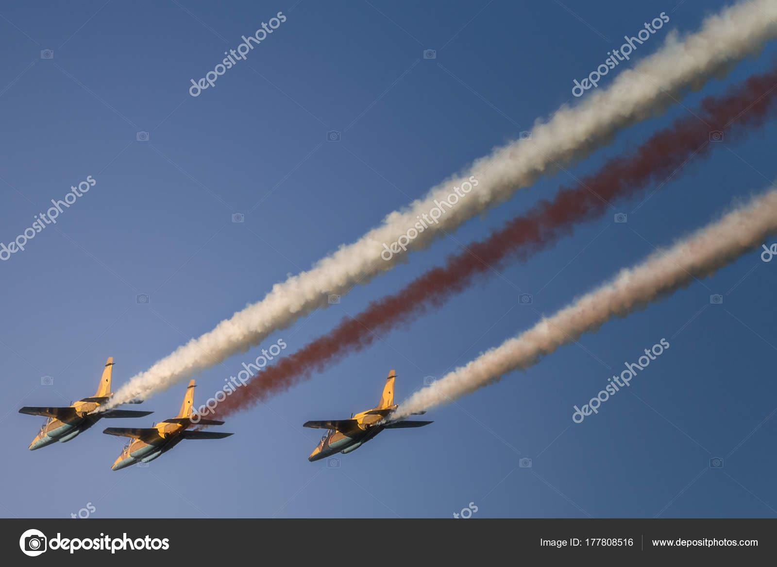 Reaktive Düsenjet fliegen in Formation am blauen Himmel ...