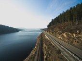 Fotografie řeky a silnice