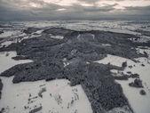 Fotografie Letecký pohled na krásné zimní krajiny s zasněžené stromy a poli, Německo