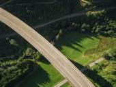 Fotografie Letecký pohled na prázdné mostu přes krásný zelený Les