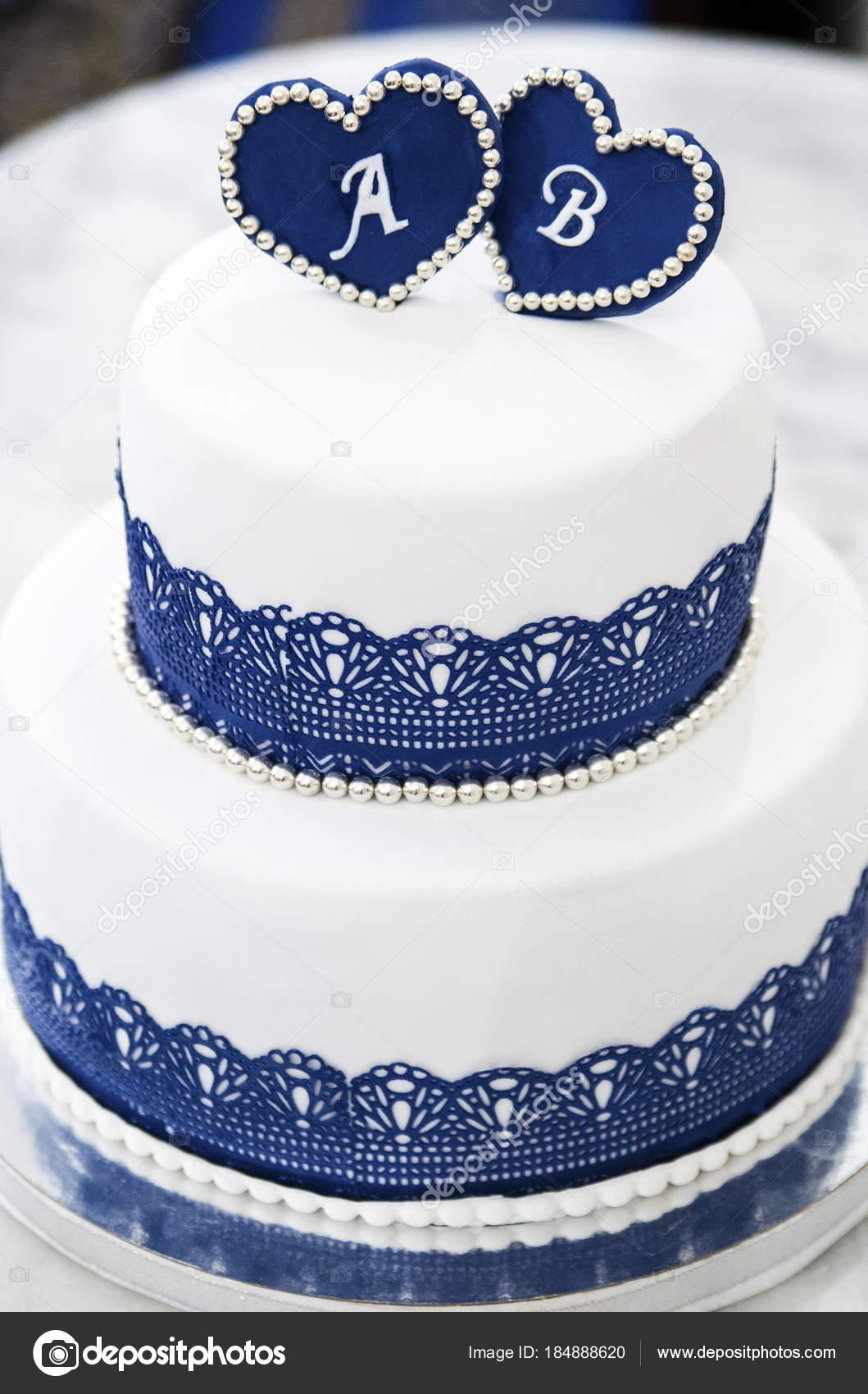 Weiss Blaue Hochzeitstorte Mit Herzen Mit Buchstaben Stockfoto
