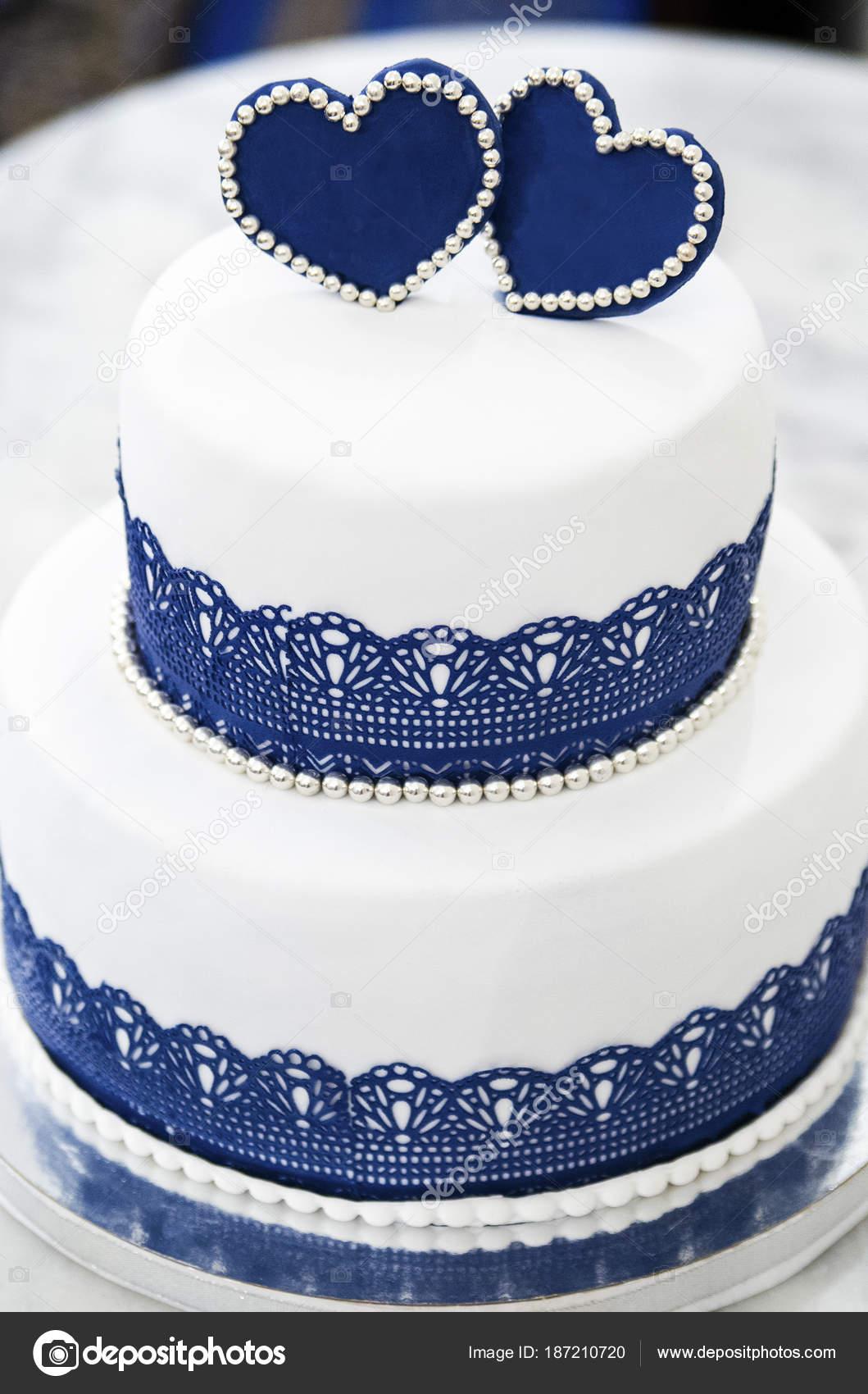 Weiss Blaue Hochzeitstorte Mit Herzen Stockfoto C Vyshnova 187210720
