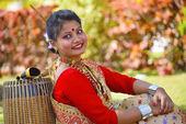 Fényképek Asszámi lány a hagyományos öltözékben, A Dhol, Pune, Maharashtra pózol
