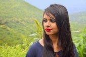 Indická dívka s horské pozadí, Pune, Maharashtra