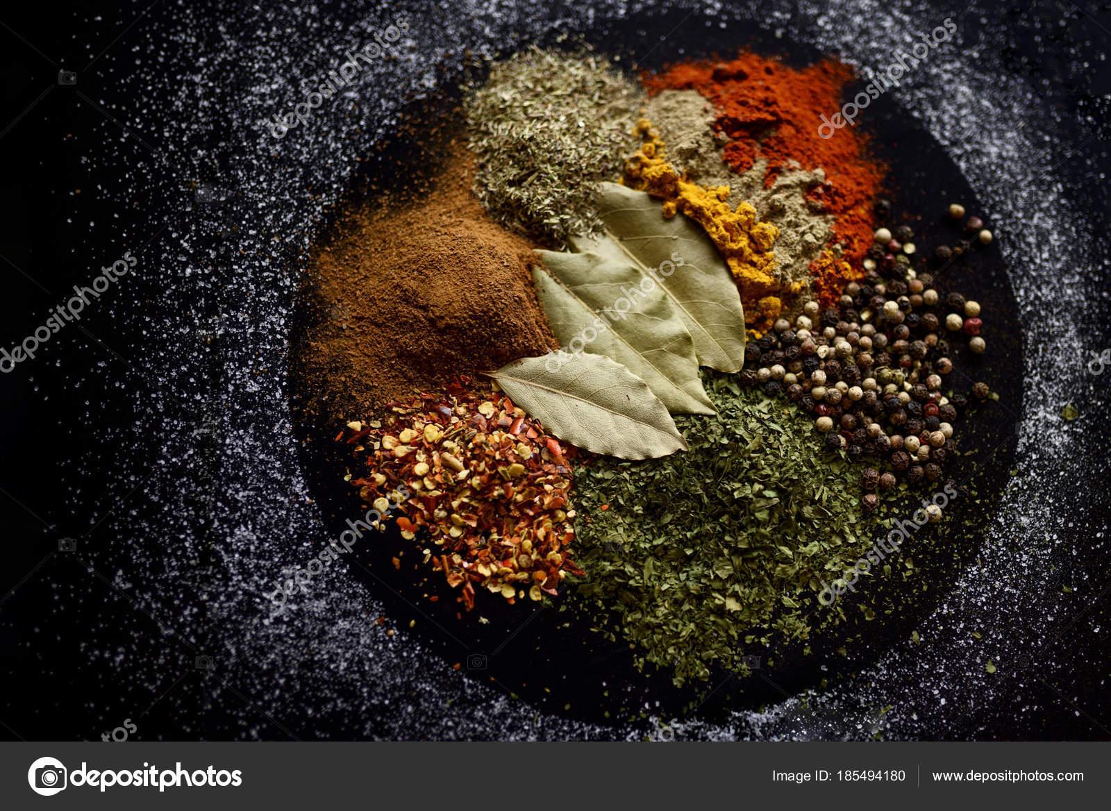 Verschiedene bunte Gewürze am schwarzen Tisch — Stockfoto © mateja ...