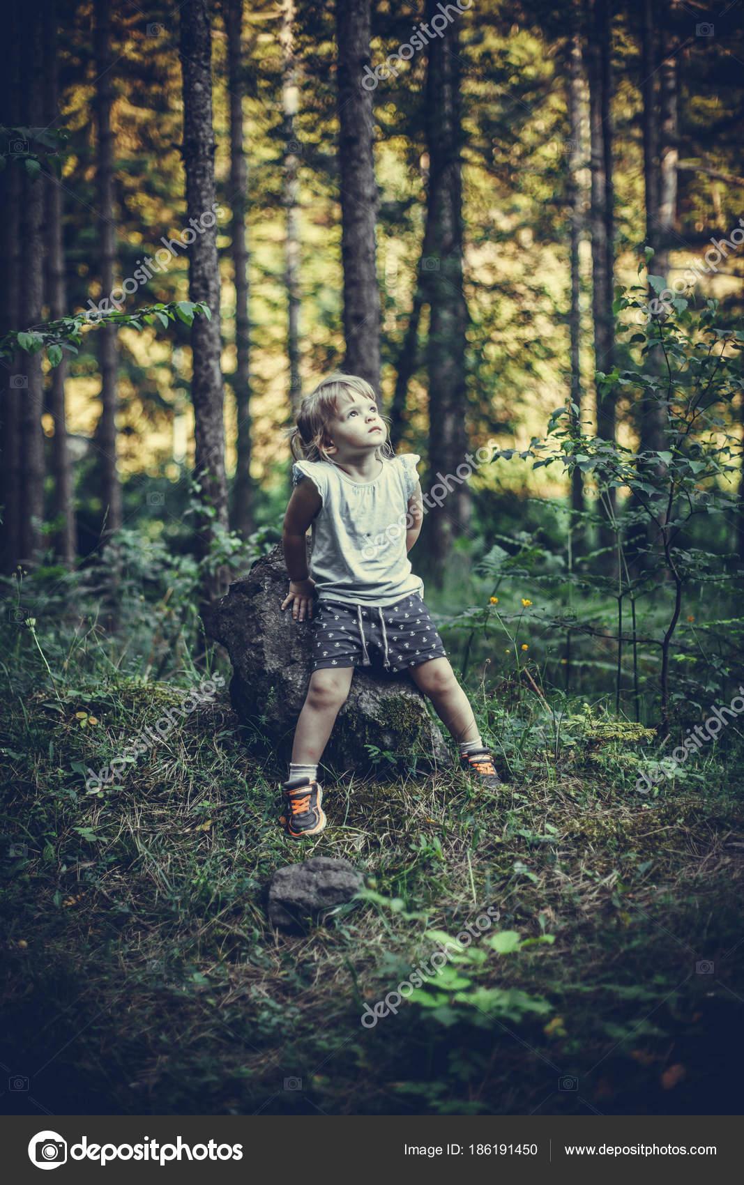 Fotografie Van Een Man Zittend Op Een Rots · gratis stockfoto