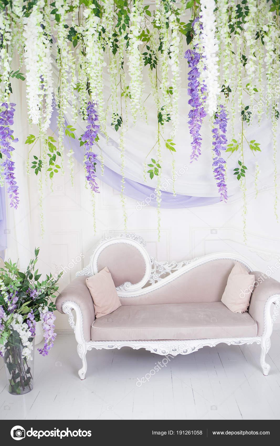 Beige Sofa Im Klassischen Stil Und Die Wand Schmückt Sich Mit Flowe U2014  Stockfoto