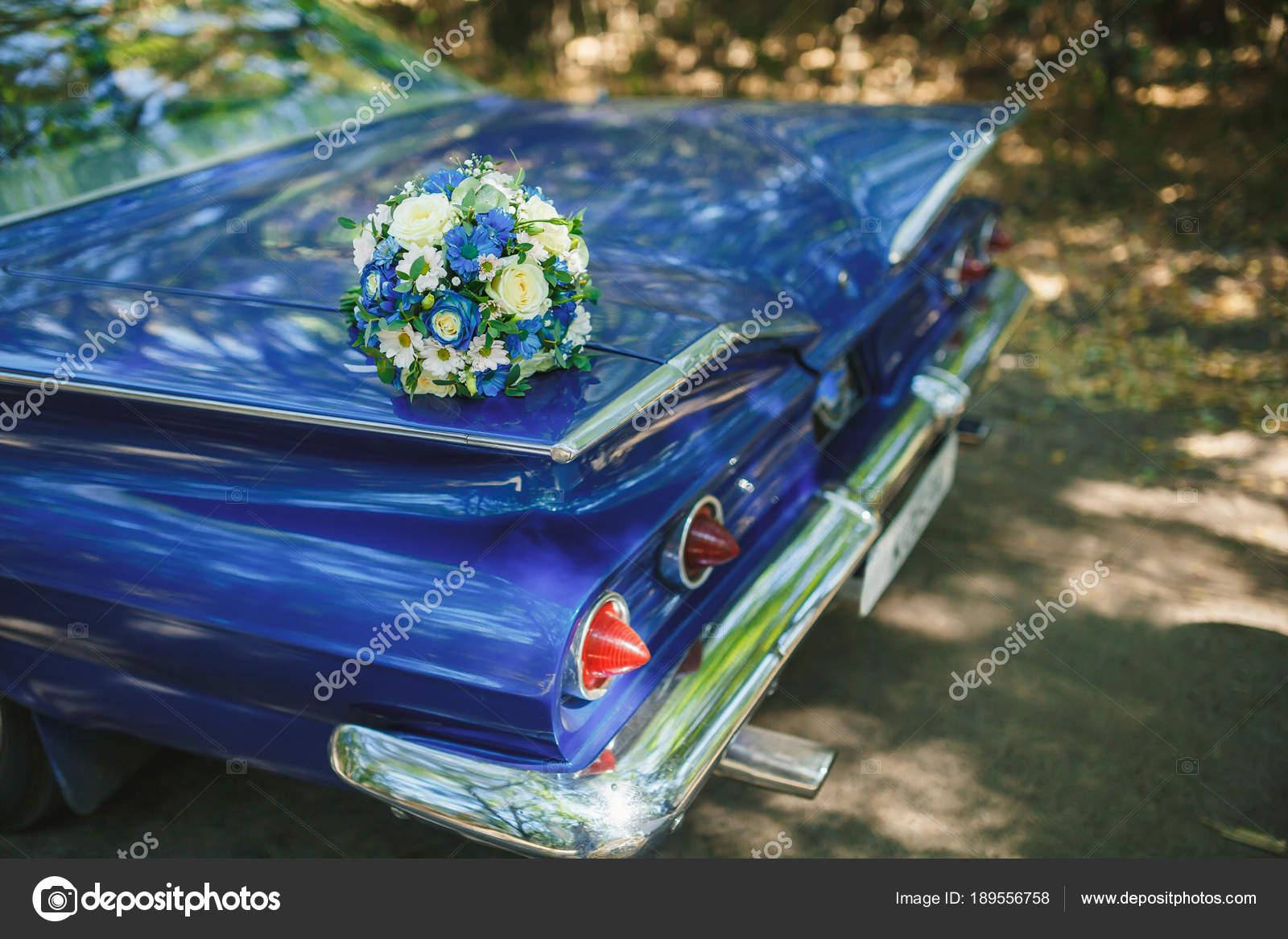 Hochzeitsstrauss Auf Vintage Hochzeitsauto Stockfoto