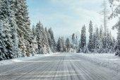 Výhled z auta projížděl sněhu krytá zimní silnice,