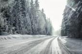 Fotografie Výhled z auta projížděl sněhu krytá zimní silnici křivka,