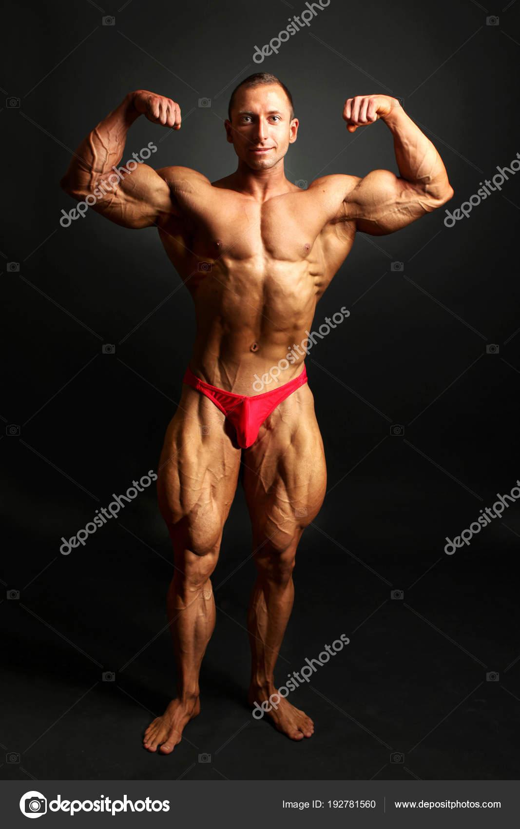 Hombre culturista posando, mostrando los músculos del cuerpo frontal ...