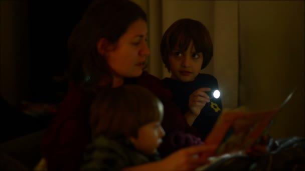 Matka, čtení pohádky, svým dětem