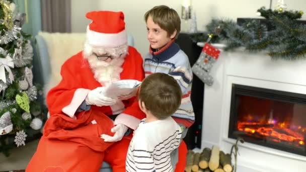 Santa Claus, amely bemutatja a gyermekek