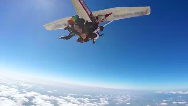 Parašutista skákání v tandemu z letadla sport