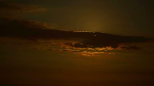 Krásný úplněk obklopen mraky časová prodleva