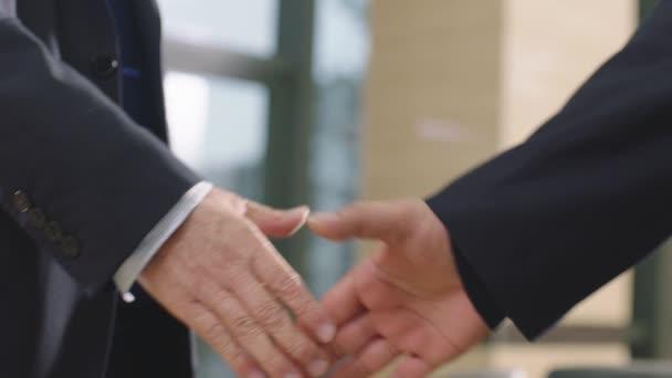 detailní záběr na obchodníky třesoucí se rukou  pozdrav v v kanceláři