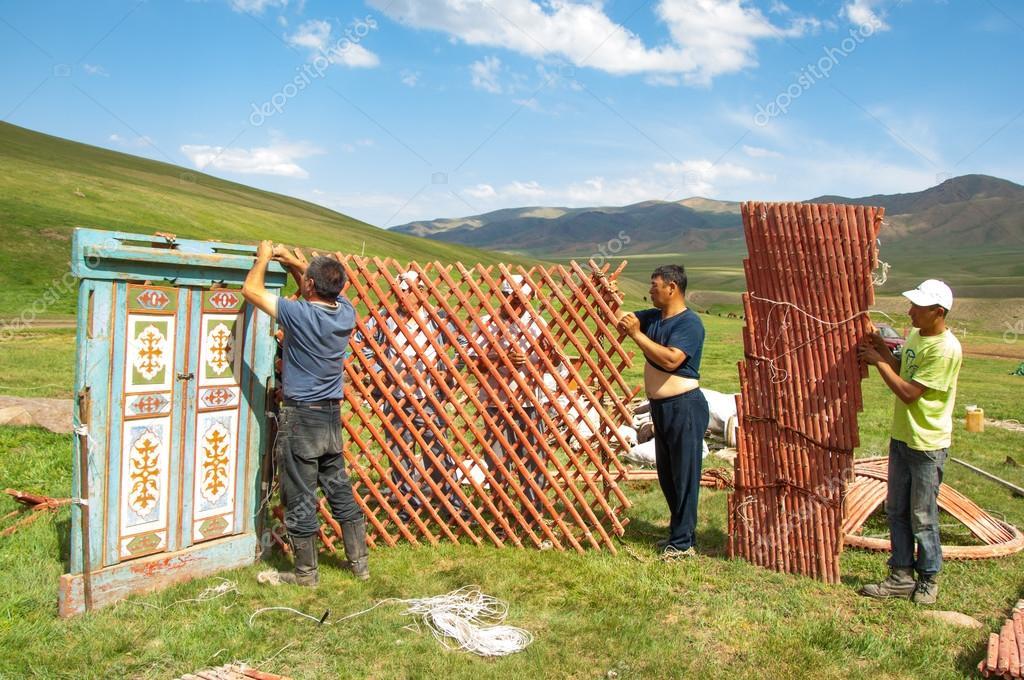 Kasachstan im Juli 2014 Aufbau der Jurte. einem runden Zelt von Filz ...