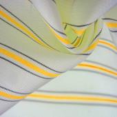 reliéfní kresba, kompozitní textilie, hustá hedvábná tkanina bílé barvy, žlutá, jantarová, zlatá a šedá, úder na tkanině, úzký proužek. rys, čára, čára, čárka, čárka, stopa,