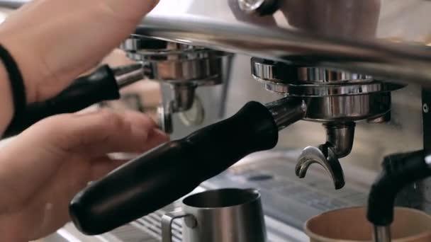 Készít őrölt kávé tamperinggel friss kávé.Kávédaráló őröl kávébab egy szűrő tartó