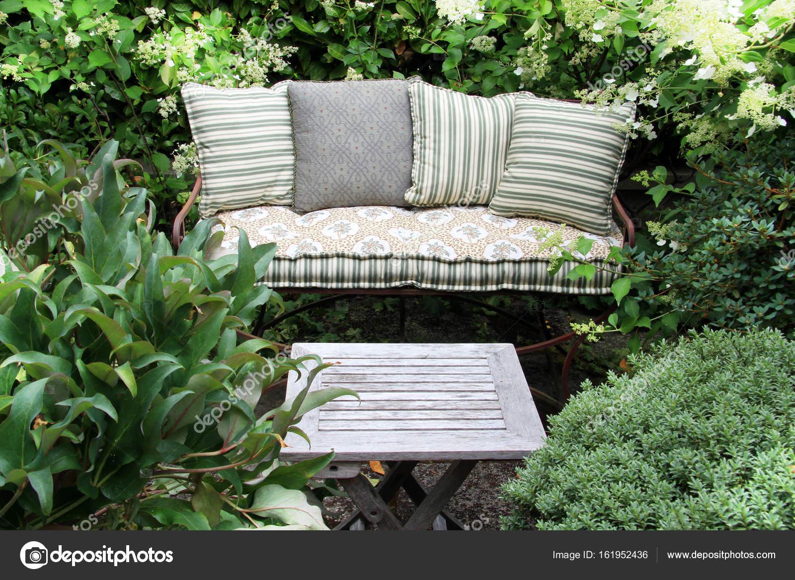 Cómodos muebles de jardín — Fotos de Stock © Hannamariah #161952436