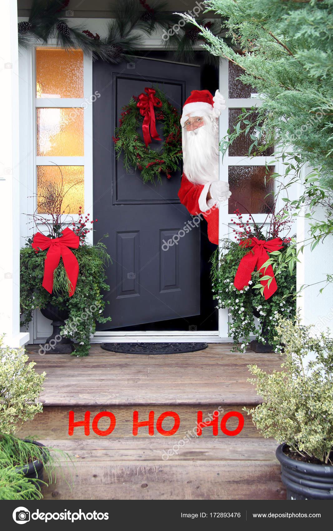 navidad santa claus en la puerta de entrada foto de