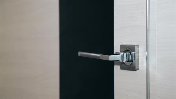 Otevírání dřevěných dveří s kovovými vložkami po stranách a kovovou rukojetí HD 1920x1080