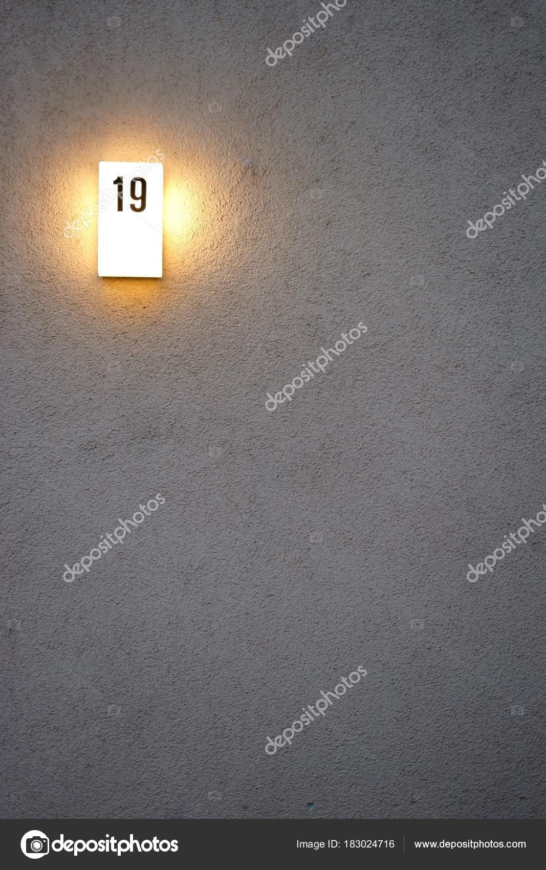 Huis Nummer Bord Avond Verlicht Close Van Een Verlicht Huisnummer ...