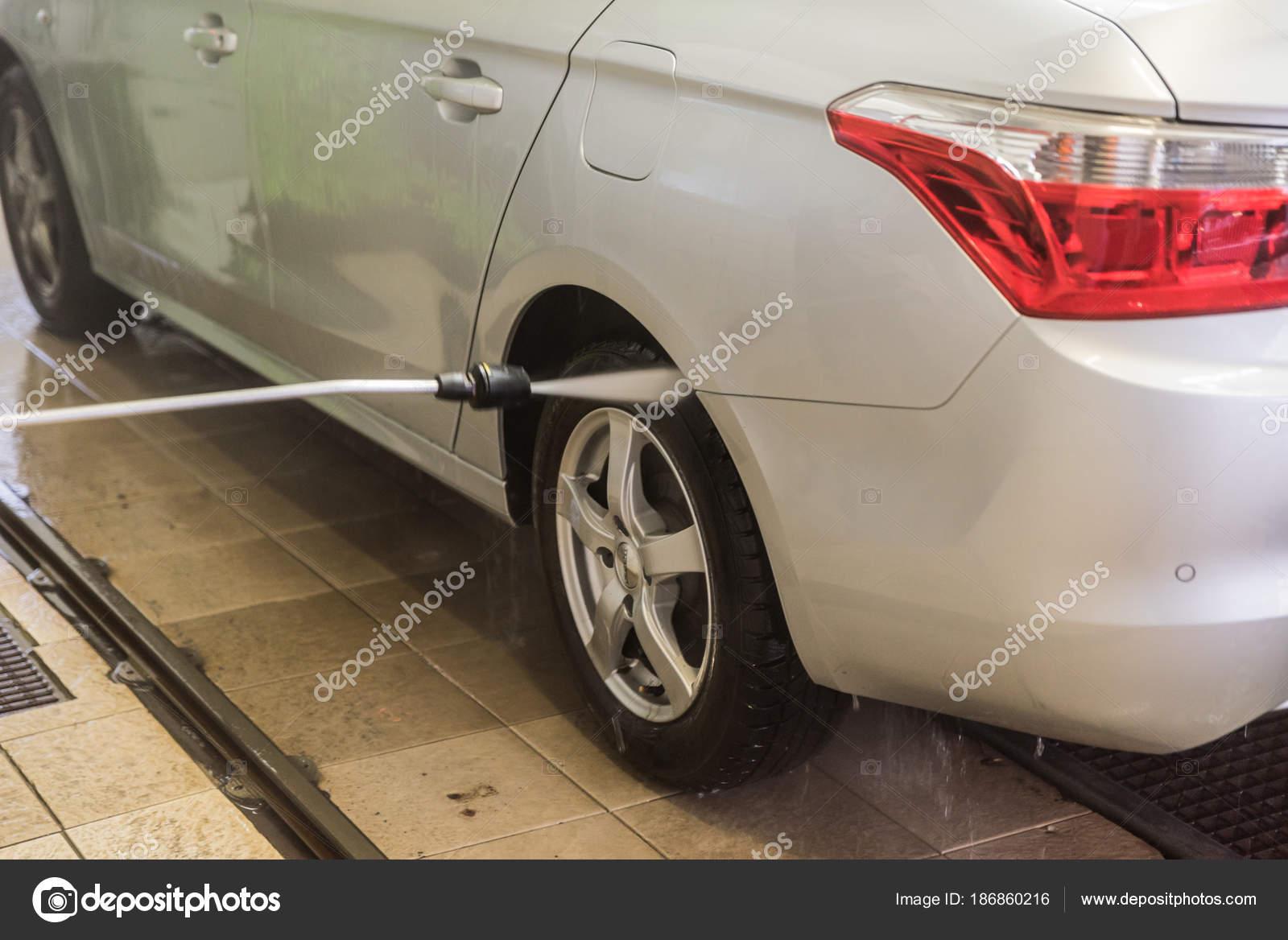 Lavaggio auto con acqua pressione lavaggio con acqua schiuma