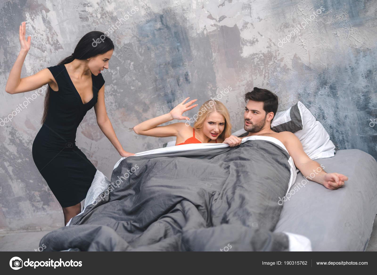 Застукал жену с подругой и присоединился есть