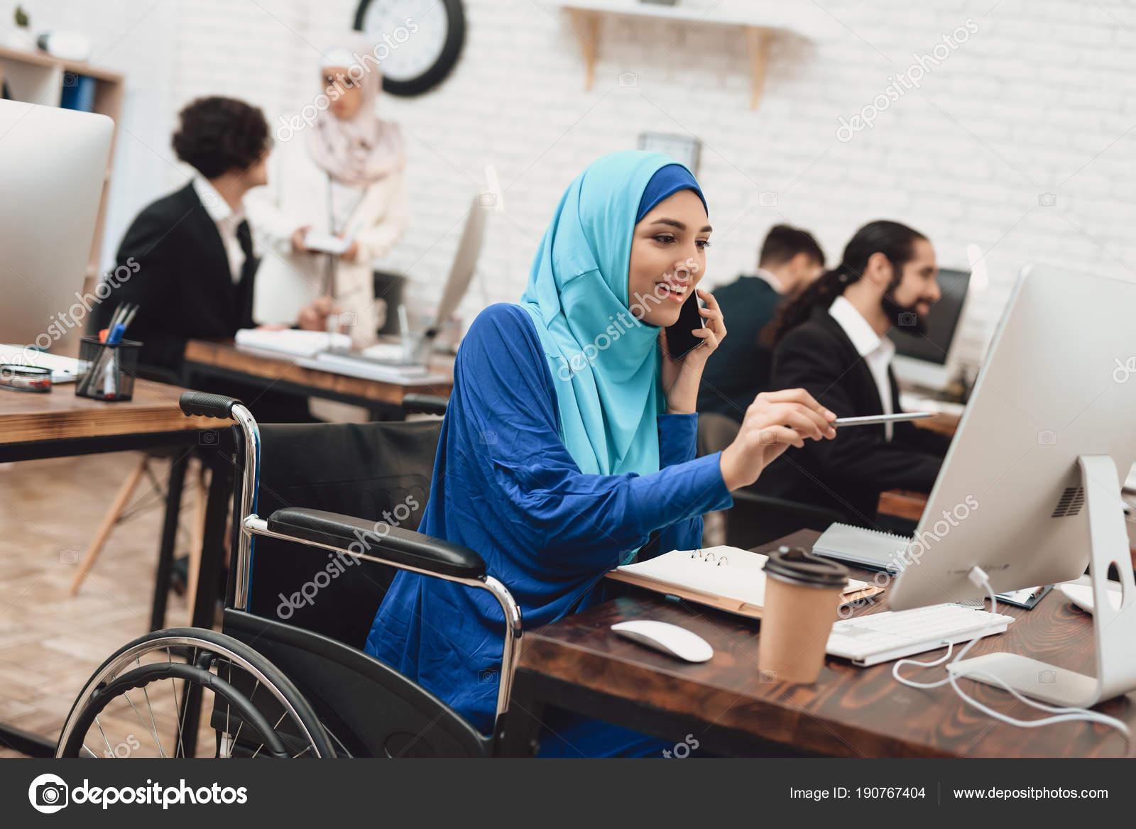 Handicapées femme arabe hijab fauteuil roulant travail sur