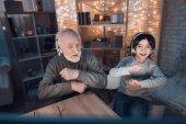 Fotografie Großvater und Enkel, die Musik im Kopfhörer zu Hause