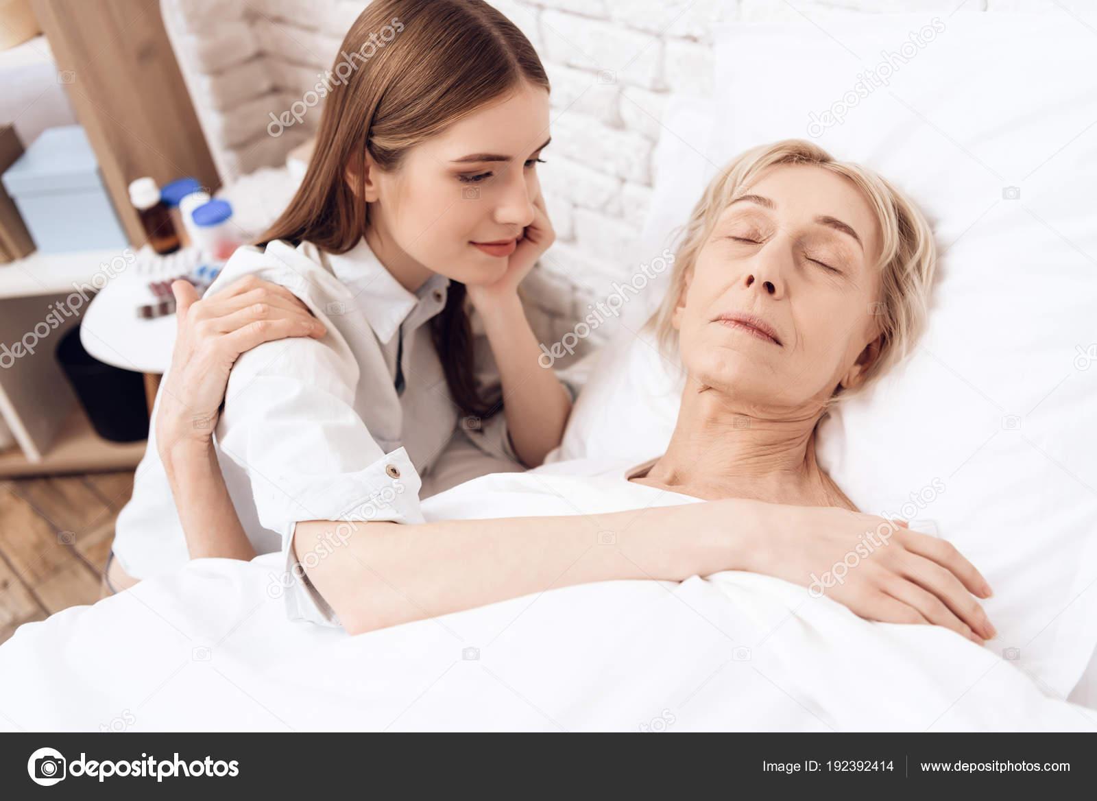 Бухую жену, пожилая женщина в кровати
