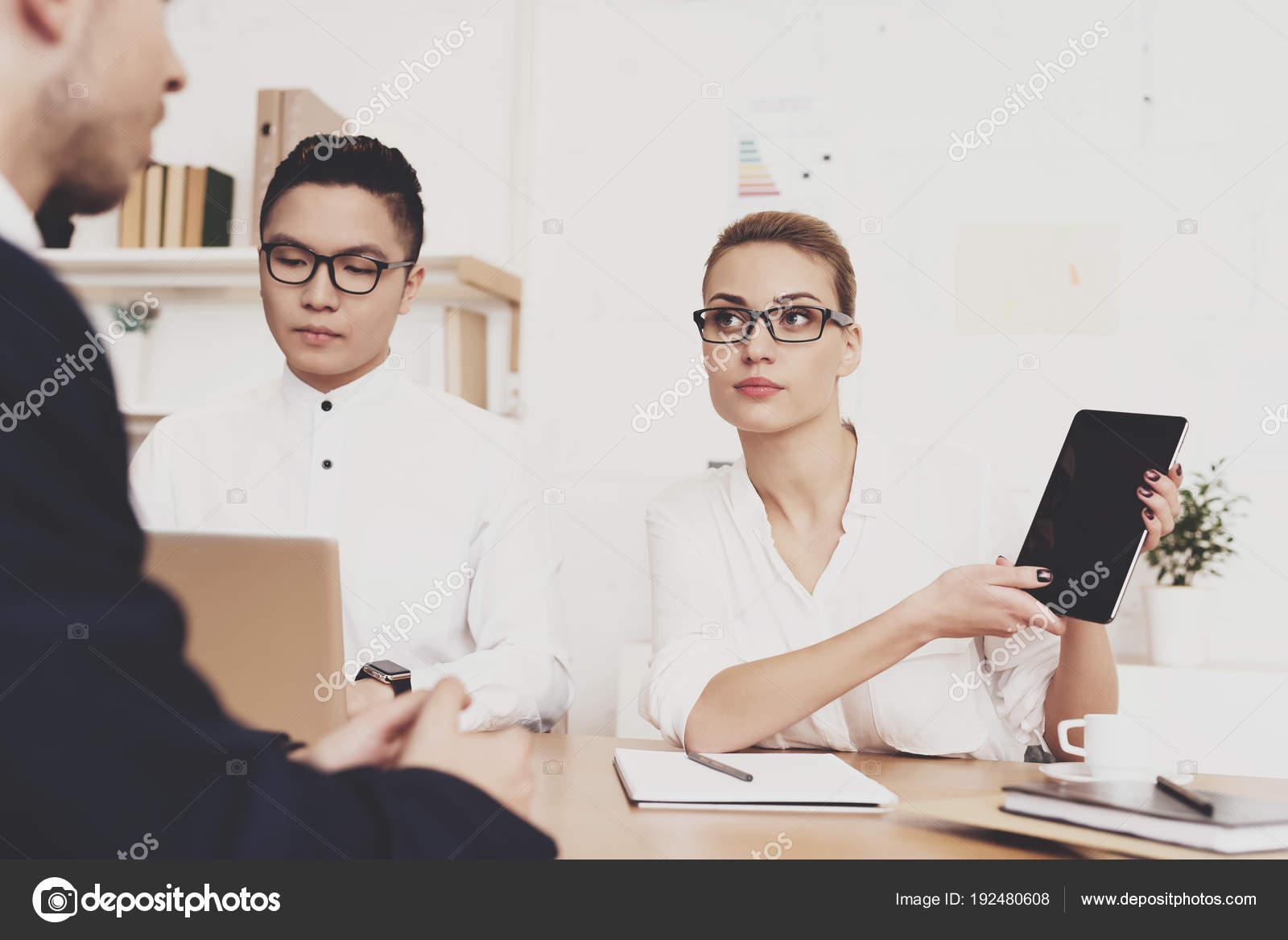 wholesale dealer 6b812 f044c Direktor Frau Bluse Und Rock Zeigt Das Tablet ...