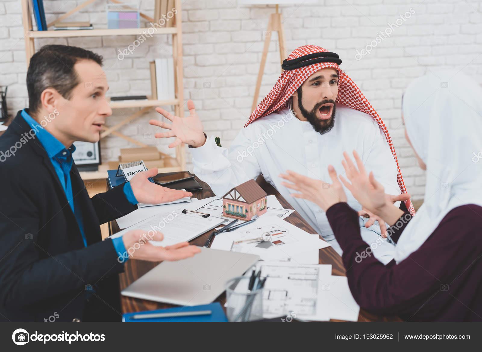 Arabe colère hurlant kufiya bouleversé femme bureau agent