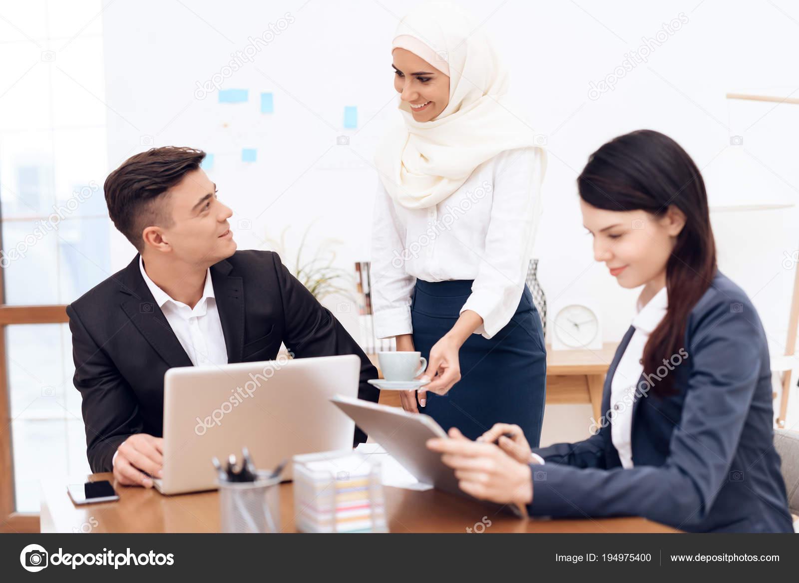 Femme arabe hijab bureau avec des collègues travail u photographie
