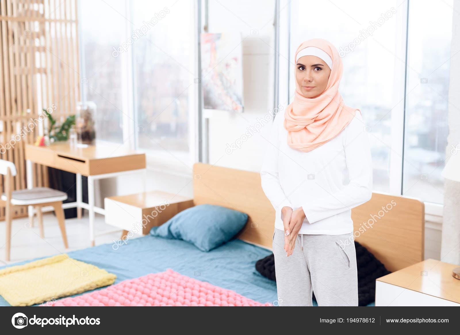 Arabische Frau Die Der Nähe Von Bett Schlafzimmer — Stockfoto ...