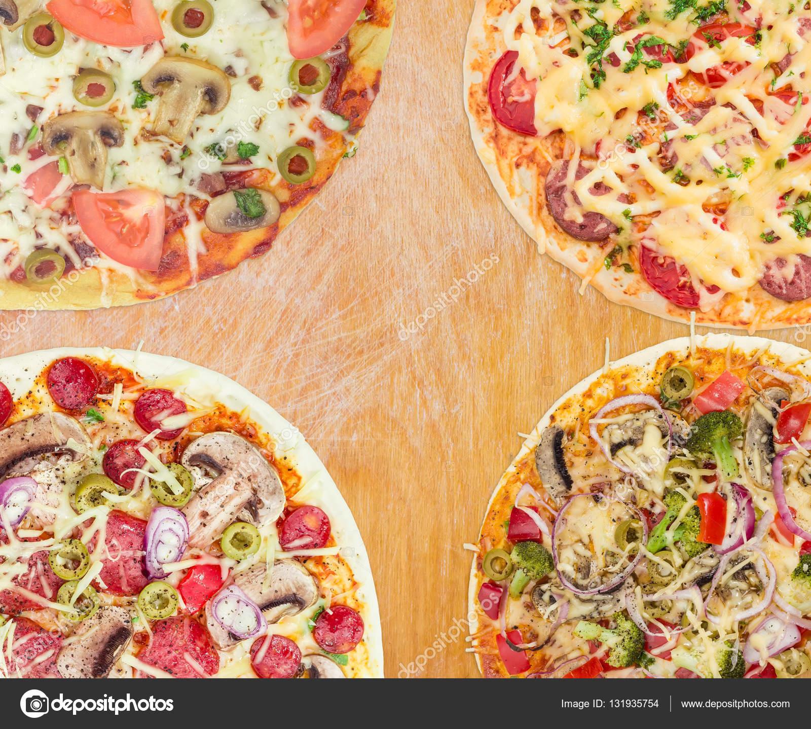 Dört ışık Ahşap Yüzey üzerinde Pişmiş Pizza çeşitleri Stok Foto