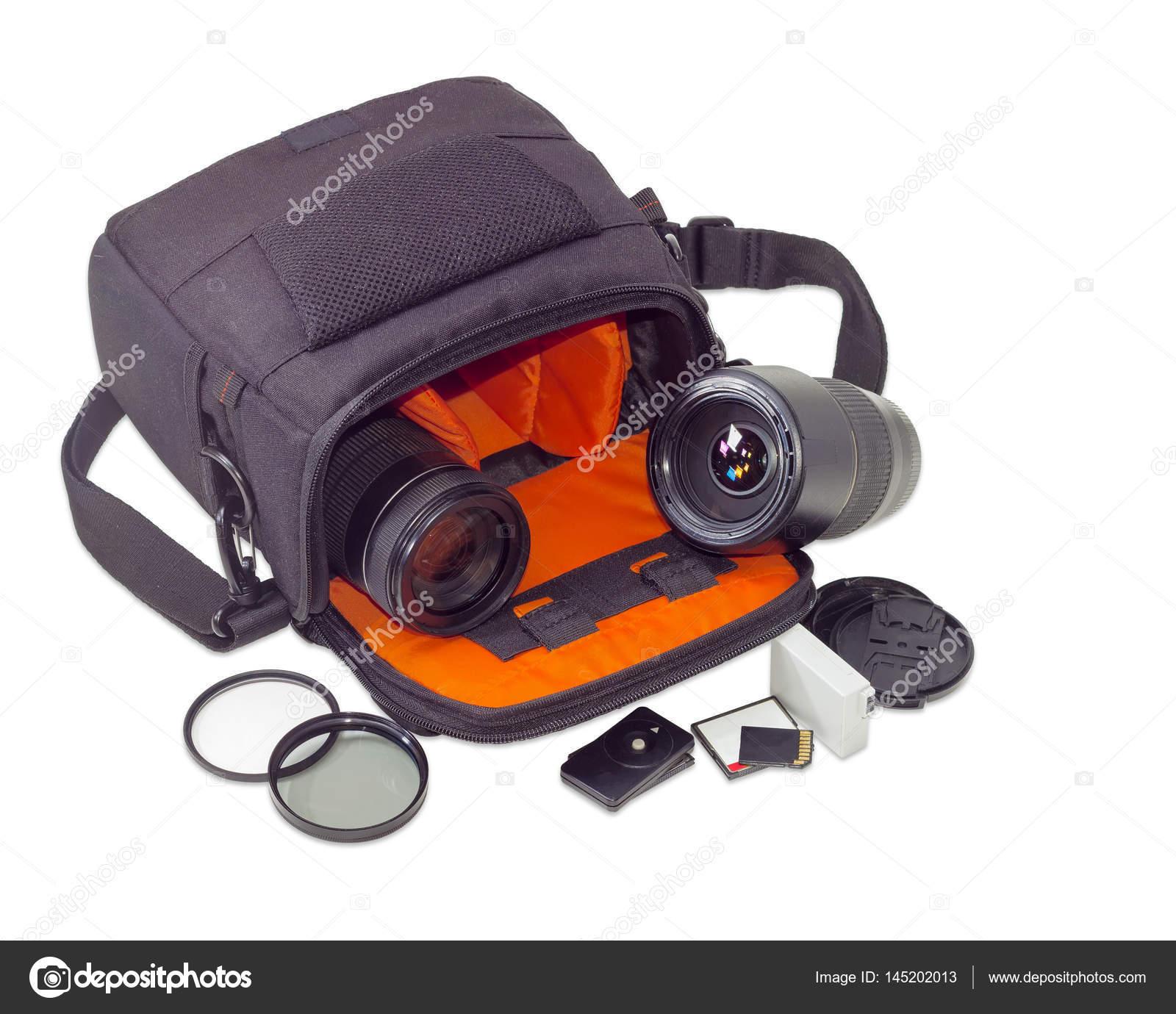 e1f8e5eefd Δύο διαφορετικές Φωτογραφικοί φακοί σε ανοιχτή κάμερα τσάντα και κάποια  άλλα εξαρτήματα φωτογραφία δίπλα σε ανοιχτόχρωμο φόντο — Εικόνα από ...