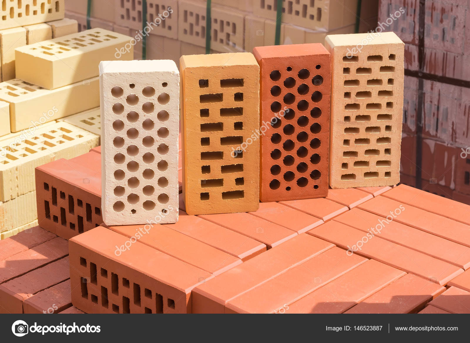 Ladrillos perforados de diferentes colores y formas de los - Ladrillos de colores ...